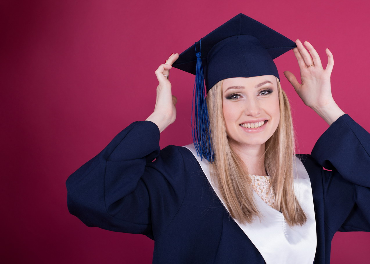 Девушка в синей выпускной мантии