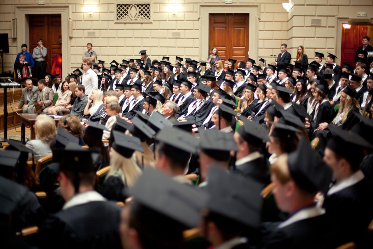 Выпускники университета в мантиях