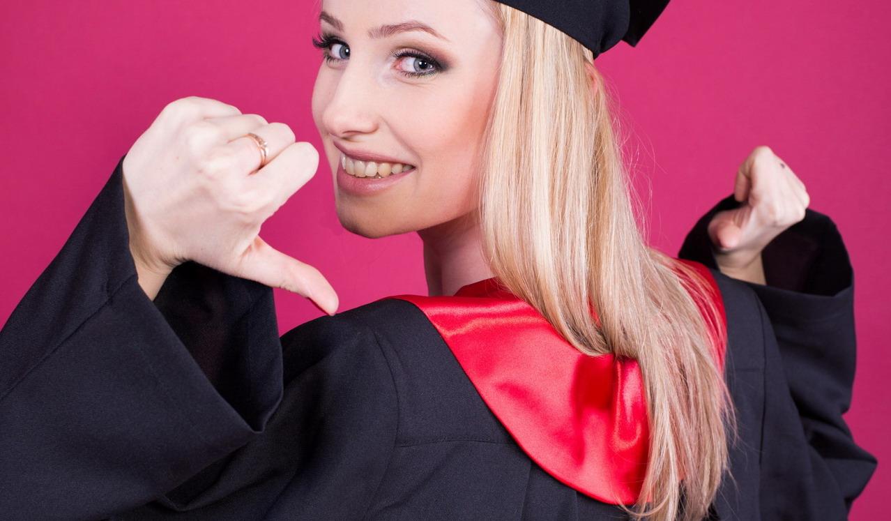 Блондинка в мантии выпускника